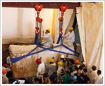 Lifting of the 1st limestone covering the pit of the 2nd solar boat of Khufu, Giza - Photo: Reuters